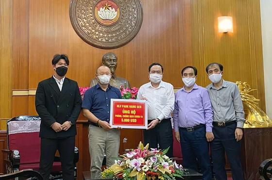 """HLV Park Hang-seo trao 5.000 USD ủng hộ """"Quỹ phòng chống dịch Covid-19"""