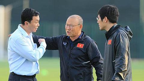 Trợ lý Lee (bên phải) cùng Phó chủ tịch VFF Trần Quốc Tuấn và HLV Park Hang-seo.