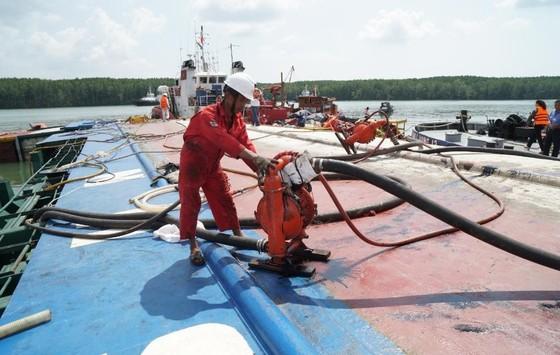Vụ chìm tàu trên sông Lòng Tàu: Đã hút được 60/173 m³ dầu còn trên tàu ảnh 1
