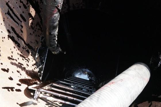 Vụ chìm tàu trên sông Lòng Tàu: Đã hút được 60/173 m³ dầu còn trên tàu ảnh 4