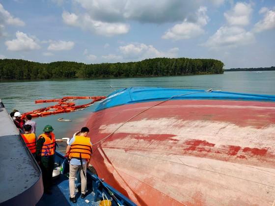 Vụ chìm tàu trên sông Lòng Tàu: Đã hút được 60/173 m³ dầu còn trên tàu ảnh 3