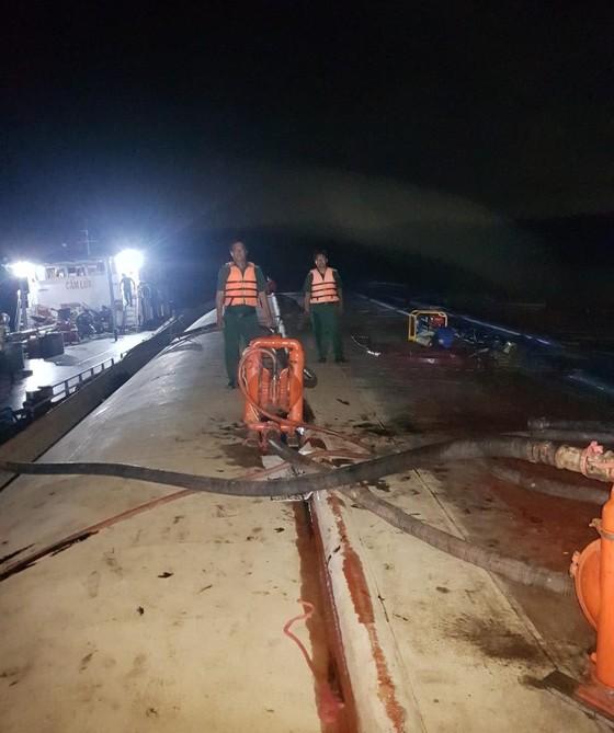 Vụ chìm tàu trên sông Lòng Tàu: Đã hút được 60/173 m³ dầu còn trên tàu ảnh 5