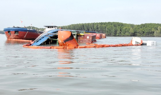 Đang trục vớt container chìm ở sông Lòng Tàu: 2 thợ lặn hôn mê, 3 người mất tích ảnh 1