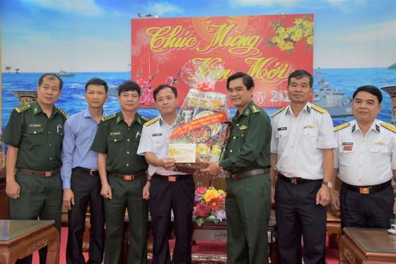 Đoàn đại biểu TPHCM thăm, chúc Tết cán bộ, chiến sĩ trên Vùng biển Tây Nam Tổ quốc ảnh 3