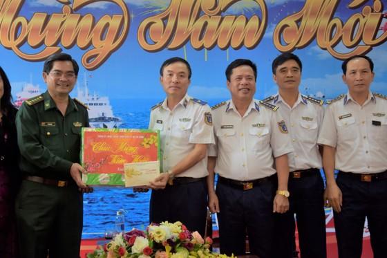 Đoàn đại biểu TPHCM thăm, chúc Tết cán bộ, chiến sĩ trên Vùng biển Tây Nam Tổ quốc ảnh 2