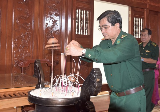 Đoàn đại biểu TPHCM thăm, chúc Tết cán bộ, chiến sĩ trên Vùng biển Tây Nam Tổ quốc ảnh 1