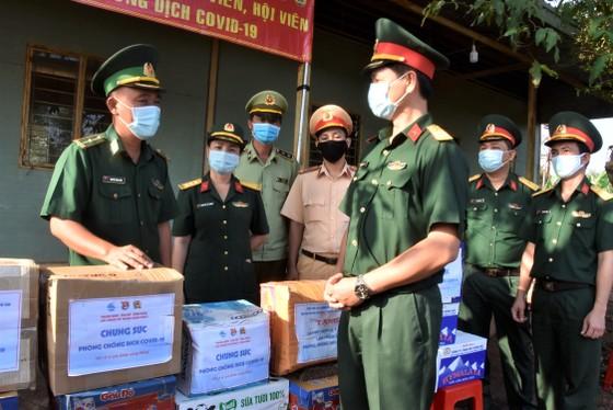 Quân khu 7 thăm hỏi, tặng quà lực lượng phòng dịch tuyến biên giới ảnh 1