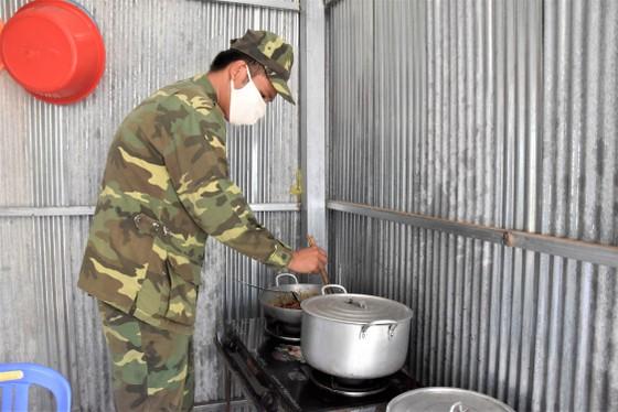 Quân khu 7 thăm hỏi, tặng quà lực lượng phòng dịch tuyến biên giới ảnh 4