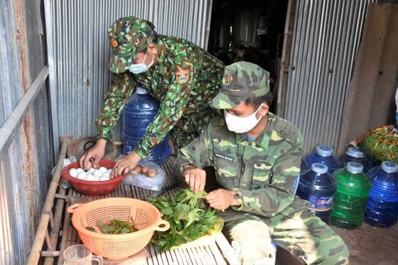 Quân khu 7 thăm hỏi, tặng quà lực lượng phòng dịch tuyến biên giới ảnh 5