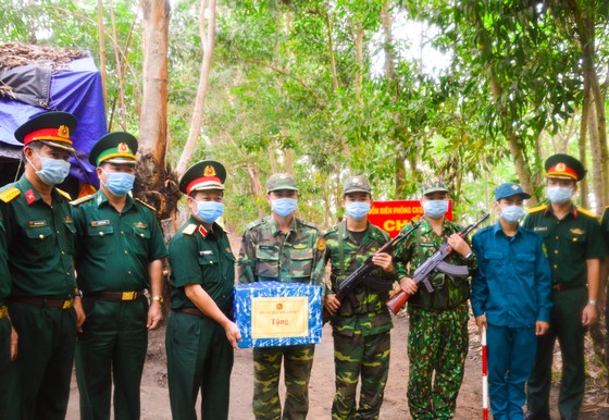 Chính ủy Quân khu 7 thăm các chốt phòng, chống dịch trên tuyến biên giới Tây Ninh ảnh 1