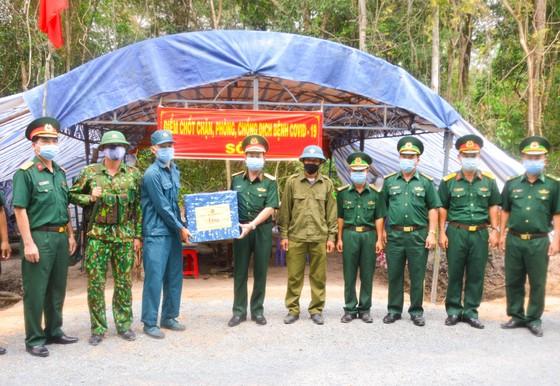 Chính ủy Quân khu 7 thăm các chốt phòng, chống dịch trên tuyến biên giới Tây Ninh ảnh 3
