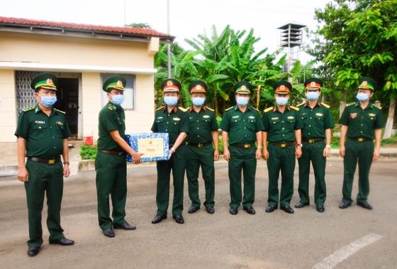 Chính ủy Quân khu 7 thăm các chốt phòng, chống dịch trên tuyến biên giới Tây Ninh ảnh 2