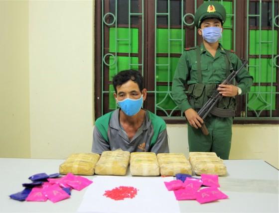 Bắt đối tượng người Lào đang vận chuyển 30.000 viên ma túy vào Việt Nam ảnh 1