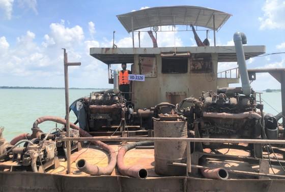 Bắt 2 sà lan vận chuyển trái phép trên 1.000m³ cát ở biển Cần Giờ ảnh 2