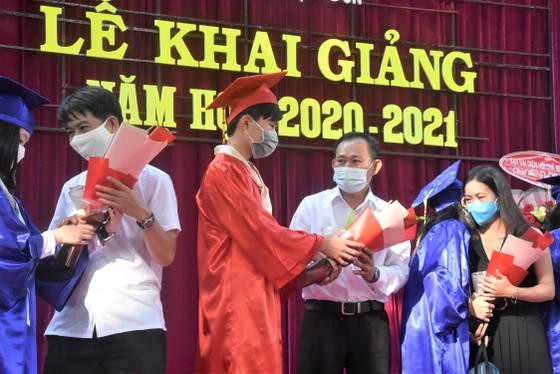 Chủ tịch UBND TPHCM Nguyễn Thành Phong dự lễ khai giảng tại Trường THPT Mạc Đĩnh Chi ảnh 9