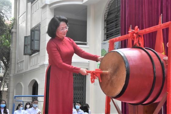 Chủ tịch UBND TPHCM Nguyễn Thành Phong dự lễ khai giảng tại Trường THPT Mạc Đĩnh Chi ảnh 5