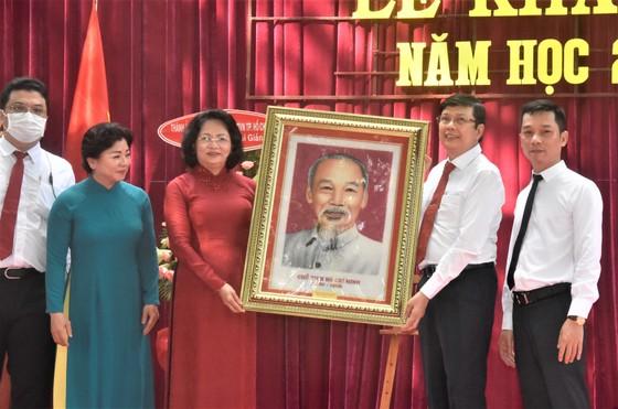 Chủ tịch UBND TPHCM Nguyễn Thành Phong dự lễ khai giảng tại Trường THPT Mạc Đĩnh Chi ảnh 4