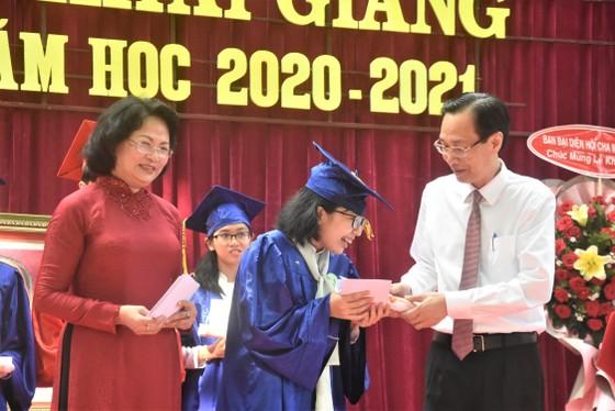 Chủ tịch UBND TPHCM Nguyễn Thành Phong dự lễ khai giảng tại Trường THPT Mạc Đĩnh Chi ảnh 6