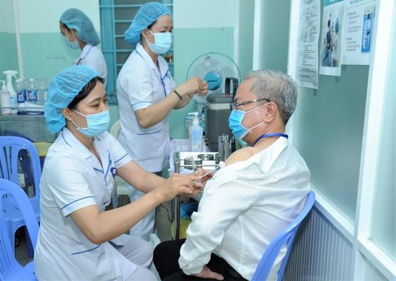 Nhân viên y tế bệnh viện ngoại thành được tiêm chủng vaccine ngừa Covid-19 ảnh 2