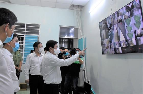 Chủ tịch UBND TPHCM Nguyễn Thành Phong kiểm tra hệ thống camera đang được lắp đặt tại khu cách ly tập trung xã Long Thới, Nhà Bè. Ảnh: QUANG HUY
