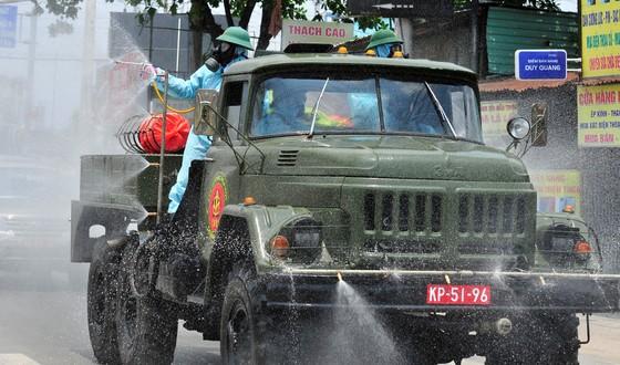 Quân đội phun khử khuẩn tại phường Thạnh Lộc, quận 12 ảnh 5