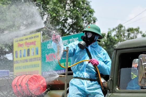 Quân đội phun khử khuẩn tại phường Thạnh Lộc, quận 12 ảnh 3