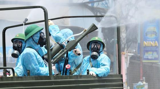 Quân đội phun khử khuẩn tại phường Thạnh Lộc, quận 12 ảnh 4