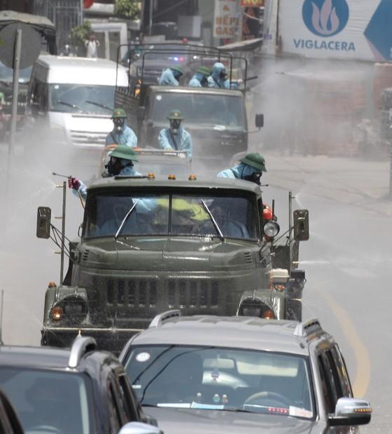 Quân đội phun khử khuẩn tại phường Thạnh Lộc, quận 12 ảnh 7