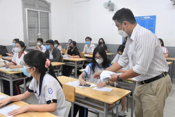 Thí sinh TPHCM làm thủ tục dự kỳ thi tốt nghiệp THPT 2021 ảnh 6