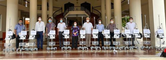 Bệnh viện quận Tân Phú được trao tặng hàng chục máy thở oxy lưu lượng cao  ảnh 1