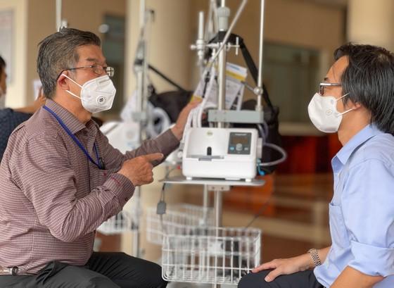 Bệnh viện quận Tân Phú được trao tặng hàng chục máy thở oxy lưu lượng cao  ảnh 2