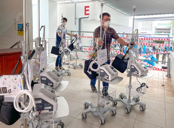 Bệnh viện quận Tân Phú được trao tặng hàng chục máy thở oxy lưu lượng cao  ảnh 3
