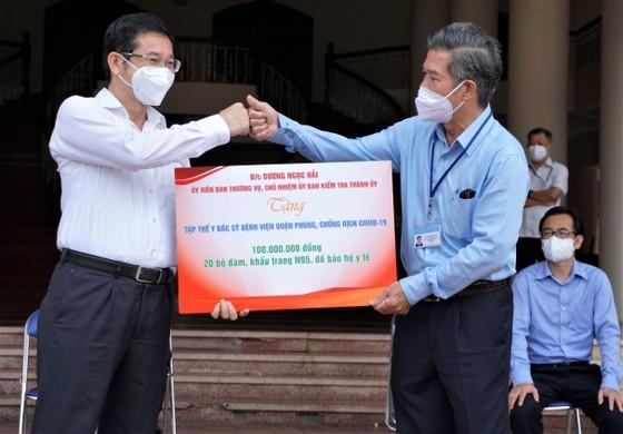 Bệnh viện quận Tân Phú được trao tặng 2 xe cứu thương hiện đại ảnh 1