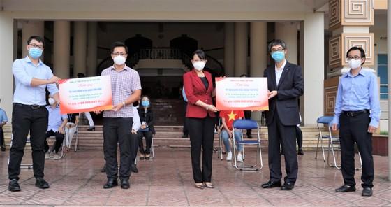 Bệnh viện quận Tân Phú được trao tặng 2 xe cứu thương hiện đại ảnh 2