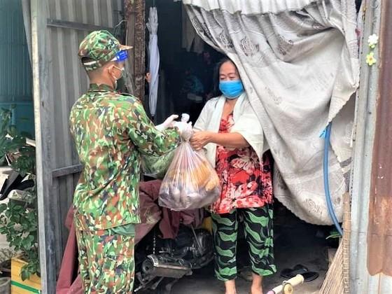 Bộ đội hỗ trợ, trao tặng nhu yếu phẩm cho người dân