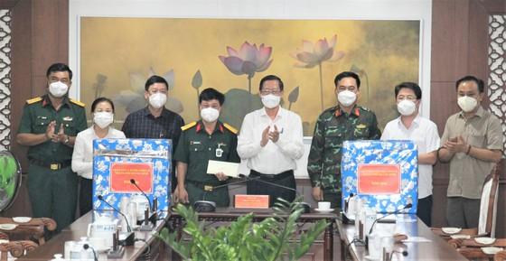 Chủ tịch UBND TPHCM Phan Văn Mãi thăm, động viên lực lượng vũ trang tham gia phòng chống dịch  ảnh 5