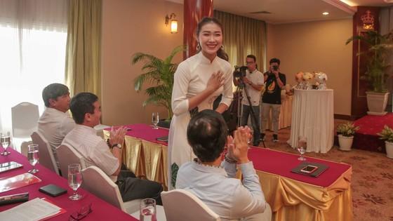 Hoa hậu Du lịch thế giới được yêu thích nhất năm 2019 đẹp rạng rỡ bên quả bóng vàng Việt Nam ảnh 2
