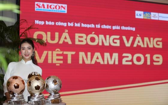 Hoa hậu Du lịch thế giới được yêu thích nhất năm 2019 đẹp rạng rỡ bên quả bóng vàng Việt Nam ảnh 5