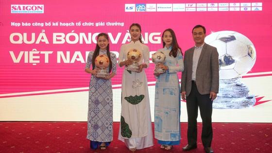 Hoa hậu Du lịch thế giới được yêu thích nhất năm 2019 đẹp rạng rỡ bên quả bóng vàng Việt Nam ảnh 8