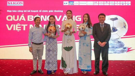 Hoa hậu Du lịch thế giới được yêu thích nhất năm 2019 đẹp rạng rỡ bên quả bóng vàng Việt Nam ảnh 9