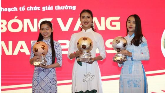 Hoa hậu Du lịch thế giới được yêu thích nhất năm 2019 đẹp rạng rỡ bên quả bóng vàng Việt Nam ảnh 7