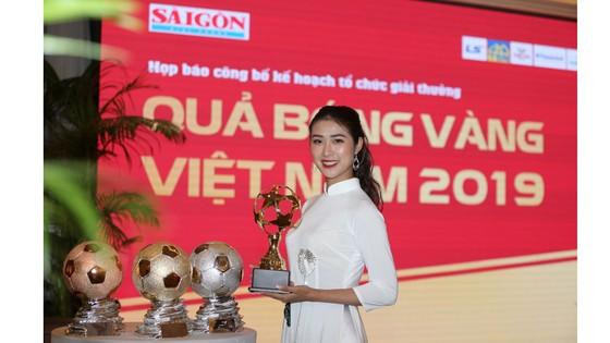 Hoa hậu Du lịch thế giới được yêu thích nhất năm 2019 đẹp rạng rỡ bên quả bóng vàng Việt Nam ảnh 6