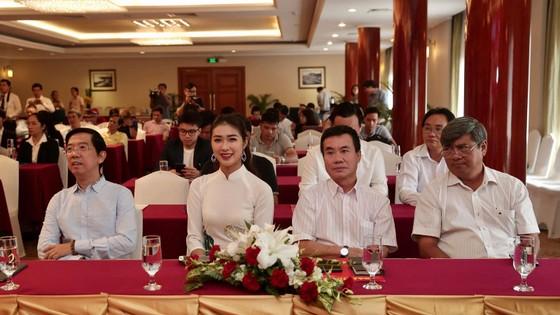 Hoa hậu Du lịch thế giới được yêu thích nhất năm 2019 đẹp rạng rỡ bên quả bóng vàng Việt Nam ảnh 1