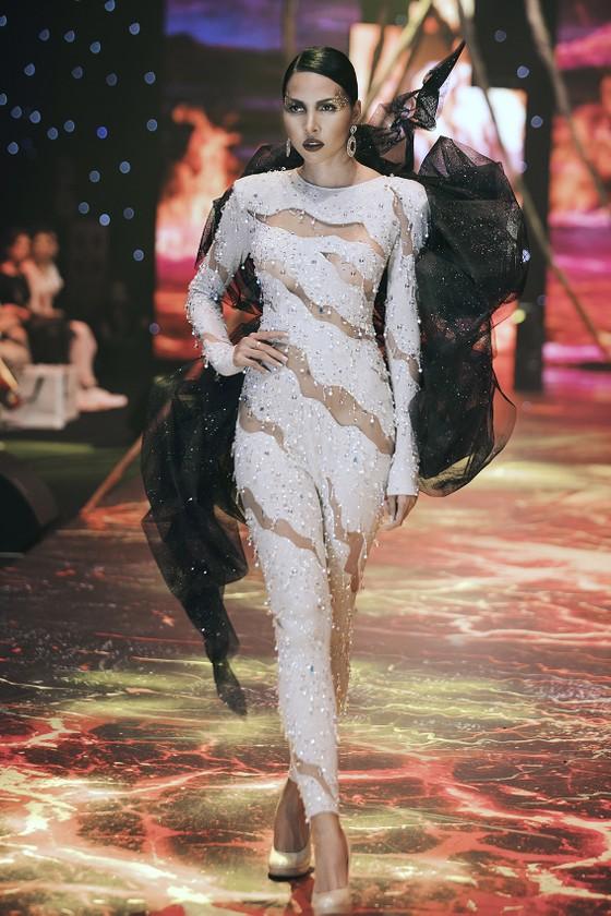 """Dàn sao đình đám Phạm Hương, Hương Giang, Ngọc Trinh xuất hiện trong show thời trang """"Into the dark"""" ảnh 10"""