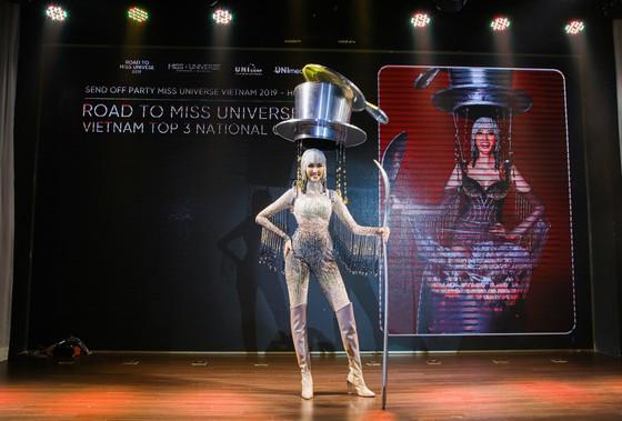 Café phin sữa đá là trang phục dân tộc của Hoàng Thùy tại Miss Universe 2019 ảnh 1