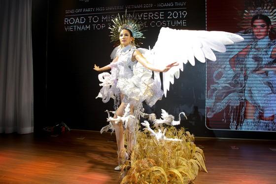 Café phin sữa đá là trang phục dân tộc của Hoàng Thùy tại Miss Universe 2019 ảnh 2