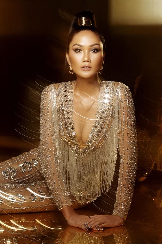 Ngắm nhìn bộ ảnh cuối của H'Hen Niê trong vai trò đương kim Hoa hậu Hoàn vũ Việt Nam ảnh 7