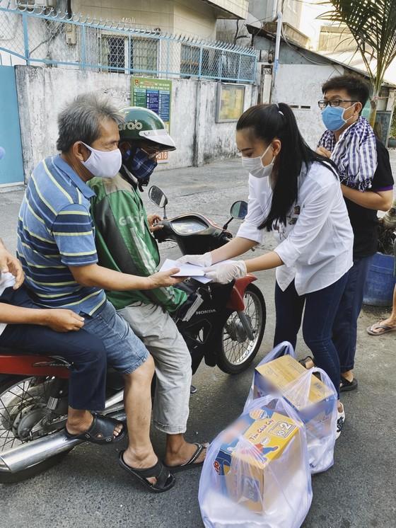 Á hậu Kim Duyên ủng hộ 5 tấn gạo giúp người bán vé số có hoàn cảnh khó khăn ảnh 4