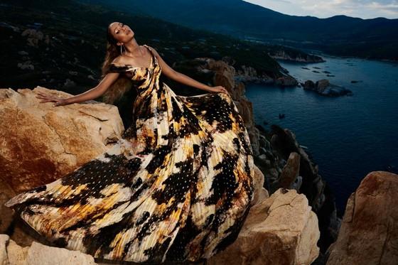 """Tiểu Vy hóa """"nàng thơ"""" tươi mới, tràn đầy năng lượng trong dự án """"Fashion Destination"""" của NTK Lê Thanh Hòa ảnh 18"""