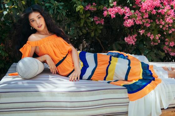 """Tiểu Vy hóa """"nàng thơ"""" tươi mới, tràn đầy năng lượng trong dự án """"Fashion Destination"""" của NTK Lê Thanh Hòa ảnh 14"""